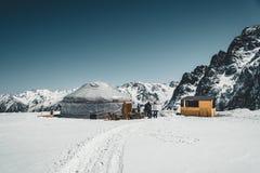 Shymbulak Ski Resort in de bergen van Alma Ata met traditionele yurt nu-afgedekt Tian Shan in de stad van Alma Ata, Centraal Kaza stock fotografie