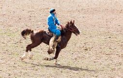 Shymkent, il KAZAKISTAN - 22 marzo 2017: Celebrazione della festa kazaka NARIYZ Concorsi sui cavalli Fotografie Stock