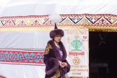 Shymkent, il KAZAKISTAN - 22 marzo 2017: Celebrazione della festa kazaka NARIYZ La gente in costumi nazionali Fotografia Stock Libera da Diritti