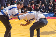 Shymkent, il KAZAKISTAN - 22 marzo 2017: Celebrazione della festa kazaka NARIYZ Lottatori della concorrenza Fotografia Stock