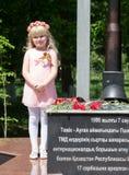 SHYMKENT KASAKHSTAN - MAJ 9, 2017: En flicka på Victory Day av röd armé- och sovjetfolket i det stora patriotiskt Fotografering för Bildbyråer
