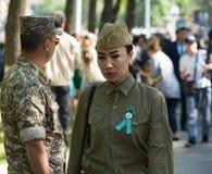 Shymkent KASAKHSTAN - Maj 9, 2017: Flickasoldat Festmåltiden av segern av röd armé- och sovjetfolket i Arkivfoton