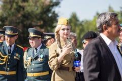 Shymkent KASAKHSTAN - Maj 9, 2017: Flickasoldat Festmåltiden av segern av röd armé- och sovjetfolket i Royaltyfri Fotografi