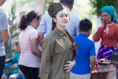 Shymkent KASAKHSTAN - Maj 9, 2017: Flickasoldat Festmåltiden av segern av röd armé- och sovjetfolket i Royaltyfri Bild