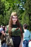 Shymkent KASAKHSTAN - Maj 9, 2017: Flickasoldat Festmåltiden av segern av röd armé- och sovjetfolket i Royaltyfri Foto