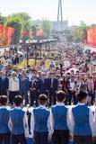 Shymkent KASAKHSTAN - Maj 9, 2017: Odödligt regemente Folk festivaler av folk Festmåltiden av segern av det rött royaltyfri bild