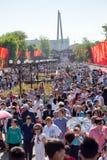 Shymkent KASAKHSTAN - Maj 9, 2017: Odödligt regemente Folk festivaler av folk Festmåltiden av segern av det rött fotografering för bildbyråer