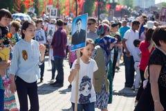 Shymkent KASAKHSTAN - Maj 9, 2017: Odödligt regemente Folk festivaler av folk Festmåltiden av segern av det rött arkivbilder