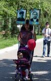 Shymkent KASAKHSTAN - Maj 9, 2017: Odödligt regemente Folk festivaler av folk Festmåltiden av segern av det rött royaltyfri fotografi
