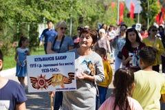 Shymkent KASAKHSTAN - Maj 9, 2017: Odödligt regemente Folk festivaler av folk Festmåltiden av segern av det rött royaltyfria bilder