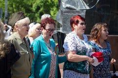 Shymkent KASAKHSTAN - Maj 9, 2017: Odödligt regemente Folk festivaler av folk Festmåltiden av segern av det rött arkivfoto