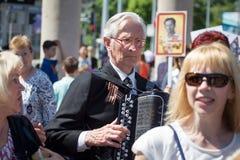 Shymkent KASAKHSTAN - Maj 9, 2017: Odödligt regemente Folk festivaler av folk Festmåltiden av segern av det rött royaltyfri foto
