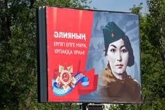 Shymkent KAZACHSTAN, Maj, - 9, 2017: Sztandar na drodze Uczta zwycięstwo Czerwony wojsko wewnątrz Radzieccy ludzie i Obrazy Stock