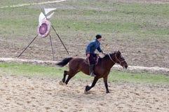 Shymkent, KAZACHSTAN - 22 Marzec 2017: Świętowanie kazach wakacje NARIYZ Łucznictwo od konia Zdjęcie Stock