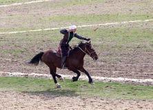 Shymkent, KAZACHSTAN - 22 Marzec 2017: Świętowanie kazach wakacje NARIYZ Łucznictwo od konia Obrazy Stock