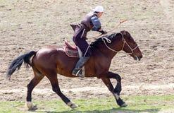Shymkent, KAZACHSTAN - 22 Marzec 2017: Świętowanie kazach wakacje NARIYZ Łucznictwo od konia Obraz Stock