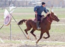 Shymkent, KAZACHSTAN - 22 Marzec 2017: Świętowanie kazach wakacje NARIYZ Łucznictwo od konia Fotografia Stock