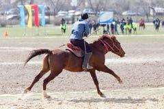 Shymkent, KAZACHSTAN - 22 Marzec 2017: Świętowanie kazach wakacje NARIYZ Łucznictwo od konia Fotografia Royalty Free
