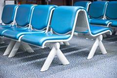 Siège bleu vide d'aéroport dans le refuge Photo stock