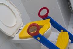 Siège de chéri pour la toilette Images libres de droits