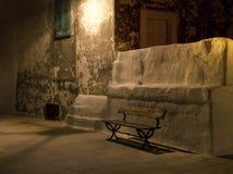 Siège de jardin en bois par nuit. Monopoli. Apulia. Image libre de droits
