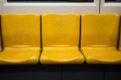 Siège de passager jaune sur le train de ciel photographie stock libre de droits