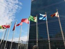 Siège des Nations Unies avec les drapeaux augmentés photographie stock libre de droits