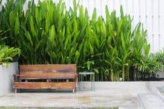 Siège en bois à la maison d'outsite avec la nature verte, concept habitable photos libres de droits