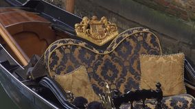 Siège luxueux de Venise d'un bateau de gondole sur le canal banque de vidéos