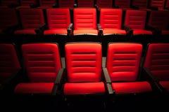 Siège rouge dans la salle de cinéma Photo libre de droits