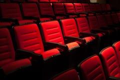 Siège rouge dans la salle de cinéma Fond trouble Images libres de droits