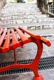 Siège rouge et escaliers blancs Photographie stock