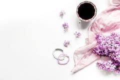 siège social de femme avec les fleurs et la tasse lilic de moquerie blanche de vue supérieure de fond de bureau de café  Photos stock