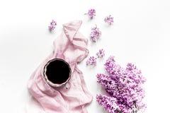 siège social de femme avec les fleurs et la tasse lilic de moquerie blanche de vue supérieure de fond de bureau de café  Images libres de droits