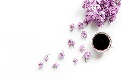 siège social de femme avec les fleurs et la tasse lilic de moquerie blanche de vue supérieure de fond de bureau de café  Image stock