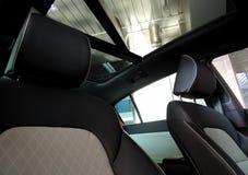 Sièges arrière et toit panoramique à l'intérieur du véhicule à la salle d'exposition Image stock