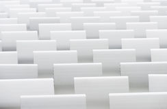 Sièges blancs d'amphithéâtre Photographie stock libre de droits