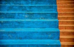 Sièges bleus de stade et étapes rouges Images stock