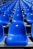 Sièges bleus sur le stade Photographie stock