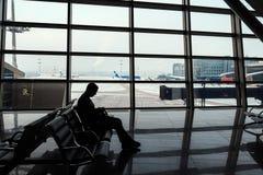 Sièges d'homme devant la fenêtre d'aéroport images libres de droits