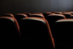 Sièges dans le cinéma photographie stock