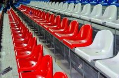 Sièges dans les supports d'un terrain de football Photographie stock libre de droits