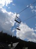 Sièges de manière de corde d'Empy au-dessus de village de montagne à l'heure d'été Images libres de droits