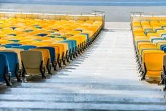 Sièges de stade et escaliers jaunes et bleus de stade Photographie stock
