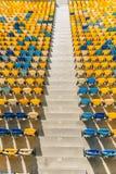 Sièges de stade et escaliers jaunes et bleus de stade Photos stock