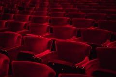 Sièges de tissu rouge dans un hall vide de cinéma image libre de droits
