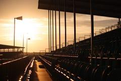 Sièges de tribune dans le soleil de soirée Photos libres de droits