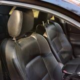 Sièges de voiture en cuir noirs Intérieur de luxe de véhicule photographie stock libre de droits