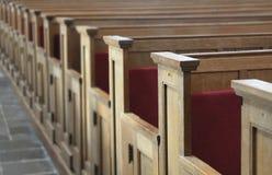 Sièges en bois dans l'église Photo libre de droits