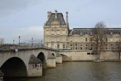 Sièges extérieurs de café français à Paris Photos libres de droits